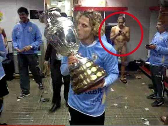 Cu trofeul la vedere: Caceres, gol-puşcă pe o filmare postată de Forlan pe Internet, după finala Copa America