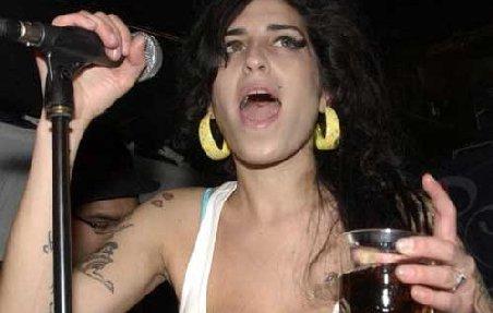 """Faze memorabile """"marca"""" Amy Winehouse. Vezi filmuleţe cu artista beată sau drogată în concert"""