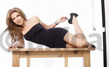 Mircea Badea şi-a pozat iubita în ipostaze sexy pentru o revistă