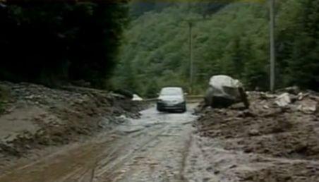 O stâncă s-a prăbuşit peste o maşină, pe Transfăgărăşan: Mai mulţi turişti polonezi, răniţi