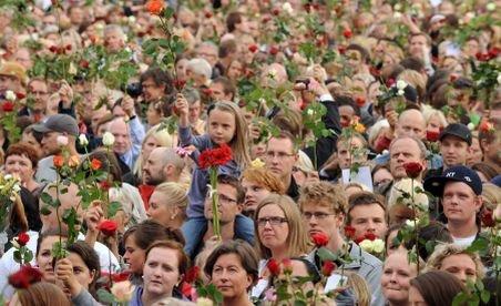 Peste 100.000 de oameni au ieşit pe străzile din Oslo, pentru a aduce un omagiu victimelor atentatelor