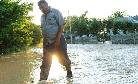 Sute de gospodării din Mureş, inundate în urma unei ploi de jumătate de oră