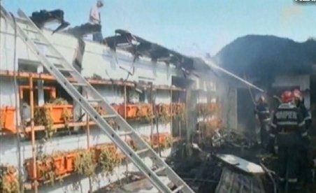 Casa parohială dintr-o comună băcăuană, mistuită de flăcări