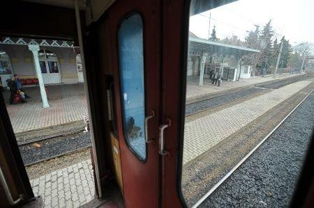 O adolescentă a căzut dintr-un tren aflat în mişcare, în urma unei altercaţii