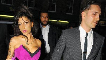 Amy Winehouse era logodită în secret şi intenţiona să adopte o fetiţă din Caraibe