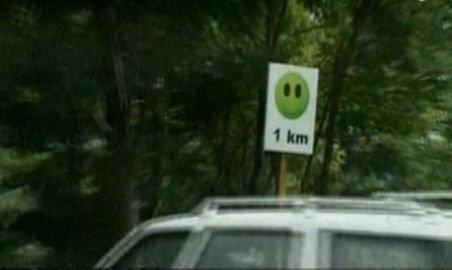 Feţe înfuriate şi zâmbitoare pe post de semne de circulaţie, pe drumurile din Sibiu