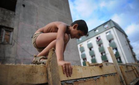 """Reportaj AFP despre """"marele zid ţigănesc"""" din Baia Mare: Locatarii se simt ca la închisoare"""