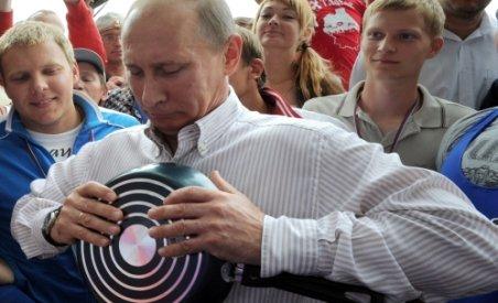 Demonstraţie de forţă a lui Putin în faţa tinerilor: a îndoit tigăi cu mâinile goale