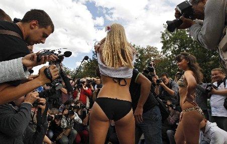 Trei tinere s-au dezbrăcat în centrul Moscovei pentru a-l susţine pe Medvedev