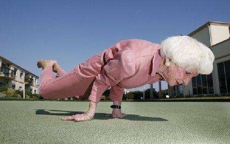 O bunicuţă dansatoare plină de energie îşi arată mişcările în cadrul unui festival