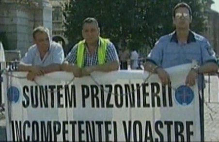 Protest neaşteptat în Capitală: Trei poliţişti s-au legat cu lanţuri în faţa Ministerului de Interne