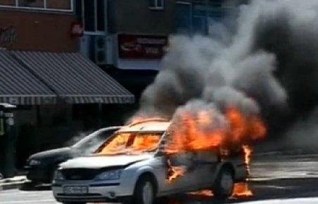 Bacău. O maşină a luat foc în trafic, norul de fum ridicându-se până la etajul 10 al blocurilor