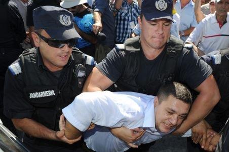 Miron Cozma: Jandarmii l-au agresat pe Nicolae Mavrodin. Reprezentanţii jandarmeriei susţin că intervenţia a fost legitimă