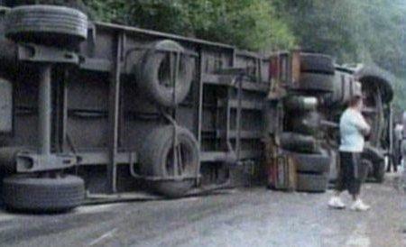 Accident spectaculos pe DN7: Un tir a ieşit de pe carosabil, după ce şoferului i s-a făcut rău