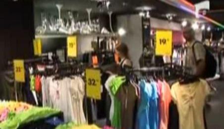 Reducerile de până la 80% la haine. Ofertele din magazine sunt pe ultima sută de metri