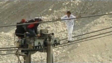 Adrenalină! Un cascador a parcurs 1.000 metri pe cablul unui teleferic din Alpii Germani