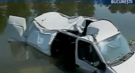 Un bucureştean a plonjat cu maşina în Dâmboviţa din cauza unei guri de canal fără capac