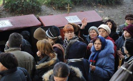 Zeci de români s-au îmbrâncit pentru pomană, la biserica Sfântul Ioan din Galaţi