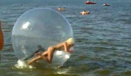 O blondă de tot râsul: Cade parcă ar fi ruptă de beată încercând să se dea cu sfera pe mare