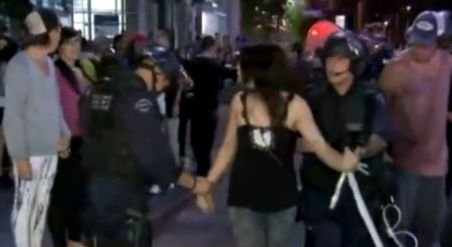 Haos la petrecerile anunţate pe Facebook şi Twitter: Zeci de mii de invitaţi, răniţi, revolte, împuşcături şi arestări