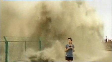 O jurnalistă din China a fost lovită de un val de 20 de metri al unei maree