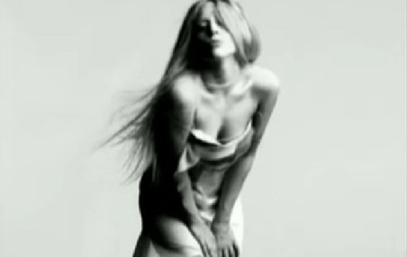 """Lady Gaga îşi promovează noua piesă """"You and I"""", cu un filmuleţ sexy. Vezi VIDEO"""