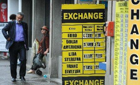 Leul îşi continuă deprecierea faţă de euro şi dolar. Vezi cursul BNR