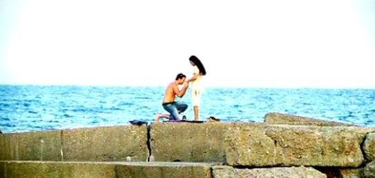 Iubirea în fotografii: Un tânăr a fost surprins în timp ce îşi cerea iubita în căsătorie pe malul mării