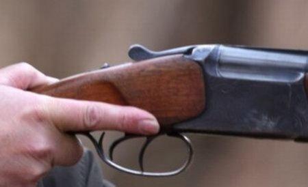 Un bărbat de 60 de ani a murit după ce s-a împuşcat cu o armă de vânătoare