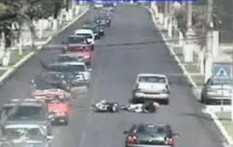 Un motociclist care depăşea o coloană de maşini a fost izbit de o portieră deschisă