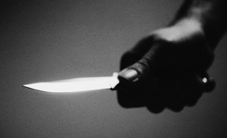 Bacău. Angajata unei săli de jocuri mecanice, ameninţată cu un cuţit şi luată ostatică