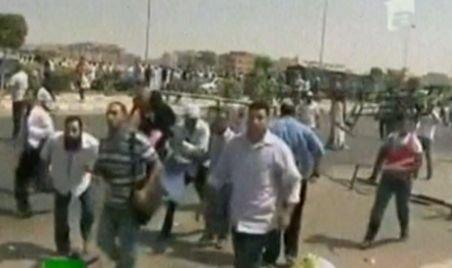 Ciocniri violente la Cairo. Protestatarii au luat poliţiştii la bătaie
