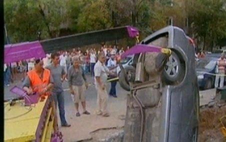 Bucureşti. O şoferiţă a plonjat cu maşina într-o groapă adâncă de cinci metri