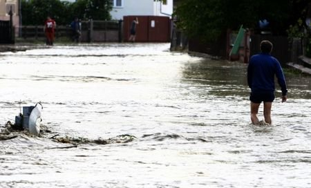 Zeci de case dintr-un cartier sucevean, inundate din cauza unei erori la o deversare controlată