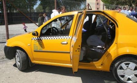 Un taximetrist din Ploieşti a înapoiat 10.000 de lei uitaţi de un pensionar în maşină