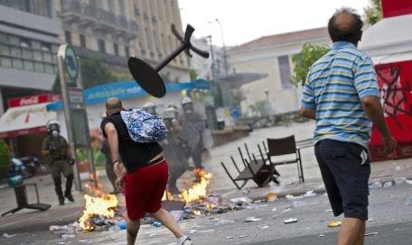 Proteste violente în Grecia. Premierul a anunţat un nou set de măsuri de austeritate