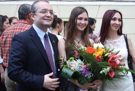 Fiica cea mare a premierului Boc, Cezara, a început luni liceul