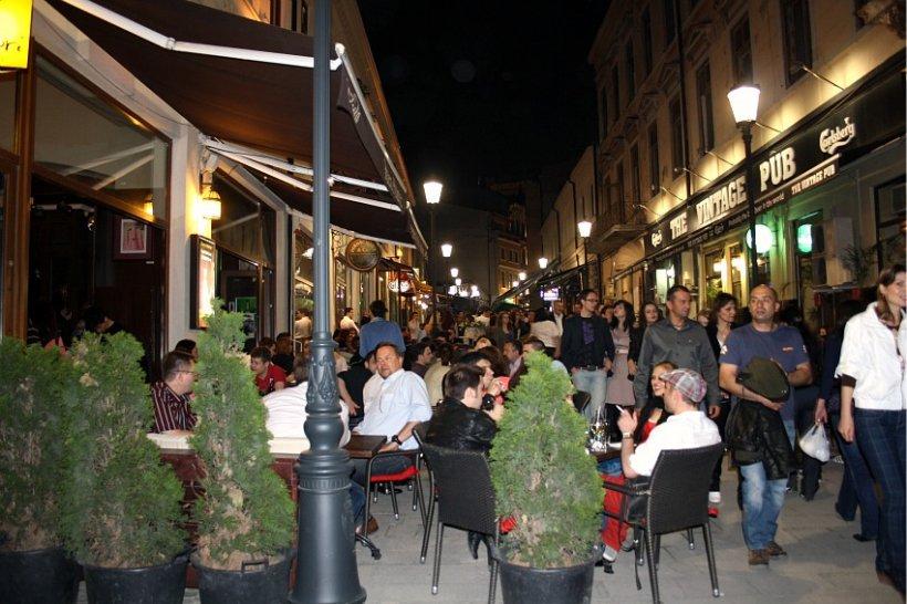 Mii de oameni au petrecut sâmbătă noapte pe străzile Bucureştiului
