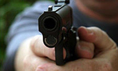 Un şofer din Târgovişte a ajuns la poliţie cu maşinia ciuruită de gloanţe