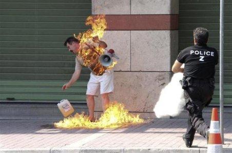 Vieţi distruse şi gesturi extreme: Un grec şi-a dat foc în faţa băncii; nu a obţinut renegocierea ratelor