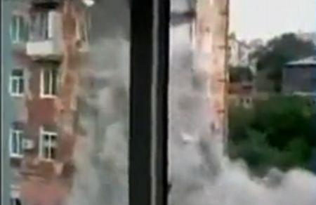 Imagini şocante: O clădire veche din Rusia s-a prăbuşit