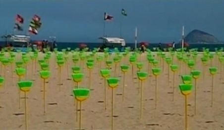 """Protest inedit anti-corupţie în Brazilia: Mături vopsite în galben şi verde, """"plantate"""" pe Copacabana"""