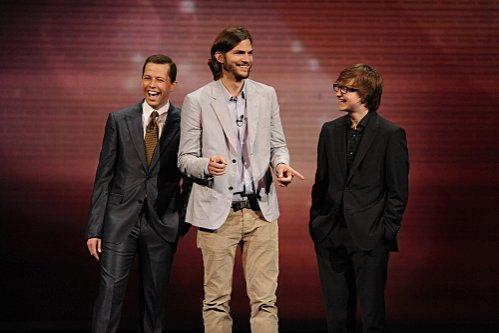 """Debutul lui Ashton Kutcher în """"Doi bărbaţi şi jumătate"""": rating peste aşteptări şi multe laude din partea criticilor"""
