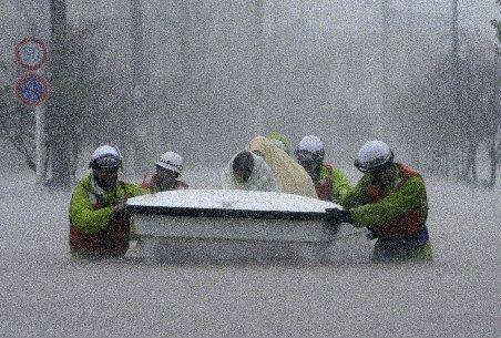 Taifunul Roke a lovit Japonia. Patru persoane au murit, peste un milion sunt sfătuite să evacueze