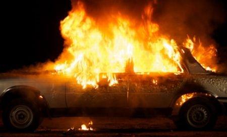 O maşină de lux a luat foc în Târgovişte. Focul s-a extins şi la un alt autovehicul