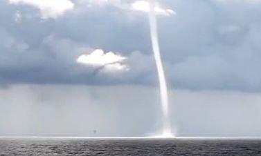 Imagini inedite: O tornadă de apă s-a format deasupra lacului Michigan