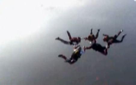 Opt românce au stabilit un record în premieră: Au sărit cu paraşutele de la 5.000 de metri altitudine