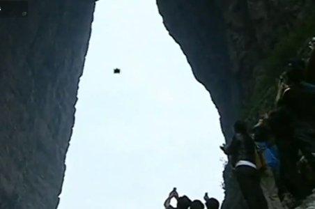Cascadorie incredibilă: Planează cu o viteză de peste 120 km/h printre doi pereţi muntoşi
