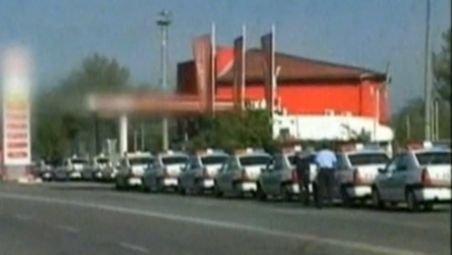 Ca în perioada comunistă, poliţiştii din Dej au stat la coadă ore în şir pentru a primi benzină