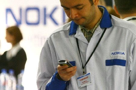 Cluj. Angajaţii Nokia, convocaţi la o şedinţă de conducere. Un număr mare de oameni ar putea fi concediaţi